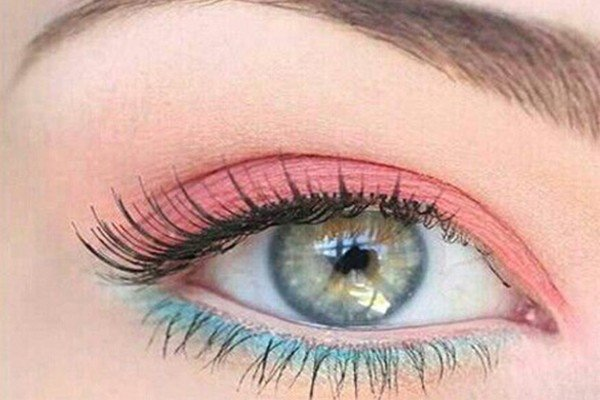 renkli göz makyajı